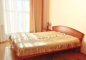 Sypialnia meble w pokoju hotelowym — Zdjęcie stockowe