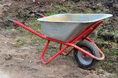 Vozík pro přepravu těžkého nákladu v zahradě — Stock fotografie