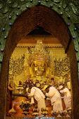 MANDALAY - JAN 03:The senior monk Beg to Mahamuni Buddha in ritual of face wash on JAN 03,2011 at Mahamuni temple-Mandalay Myanmar.This ritual begin every morning at4am — Stock Photo