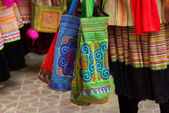 BAC HA,VIETNAM - SEP 11: various bag hand made of Unidentified woman of the flower H'mong indigenous women for sales at market on September 11, 2010 in Bac ha, Vietnam. — Foto Stock