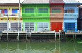 Casas de estilo tailandés multi color al lado de canal, samut songkhram, tha — Foto de Stock
