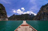 Aboard at Khaosok ,Thailnd's Guilin, in Ratchaprapha Dam — Stock Photo