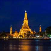 Twilight time de wat arun a través del río chao phraya en bangkok, t — Foto de Stock