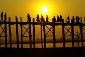 Pôr do sol na ponte de ben-u com o povo de myanmar, amarapura, mandalay, — Foto Stock