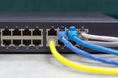 часть сетевого коммутатора с кабелем lan на офисный стол, передний — Стоковое фото