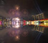 SINGAPORE - JULY 7: Fireworks over Marina Bay during Singapore N — Stock Photo