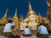 YANGON, MYANMAR - DEC 30: Undefined Buddhist pray at the Shwedag — Stock Photo