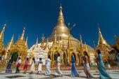 YANGON, MYANMAR - DEC 30: Undefined Buddhist procession do worsh — Stock Photo