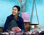BAGAN, MYANMAR- JANUARY 4: A fishmonger sell some fishes with tr — Stock Photo