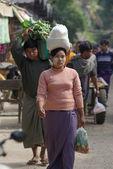 Bagan, myanmar-4 jan: een niet-geïdentificeerde Birmese vrouw met de rijst op de doden in markt op bagan, myanmar op 4 januari 2011. uitvoering door hoofd is Birmese traditionele in myanmar — Stockfoto