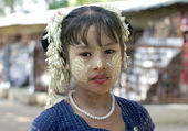 MANDALAY, MYANMAR - JANUARY 03:Unidentified Burmese girl with traditional thanaka on her face on January 03,2011 in Mandalay, Myanmar. Thanaka is a yellowish-white cosmetic paste made from ground bark — Stock Photo
