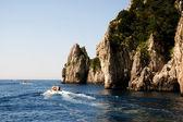 カプリ島、イタリアのファラリオーニ岩の形成 — ストック写真