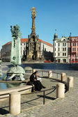OLOMOUC, CZECH REPUBLIC CIRCA MAY 2005 - Unknown nun sitting on the edge of the fountain — Stock Photo