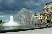 PARIS, FRANCE CIRCA AUGUST 2006 - The Pyramid of the Louvre — Foto de Stock