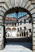 One of the gates to gothic castle courtyard — Stock Photo