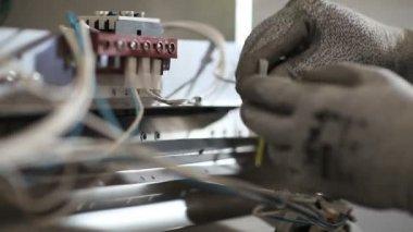 фабричный рабочий, подключения электрических проводов — Стоковое видео