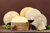 Red wine with cheese and grapes — Stock Photo