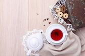 Houten tafel voor het ontbijt met theepot kopje thee en koekjes — Stockfoto