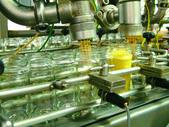 Machine fills jars in Honey — Stock Photo