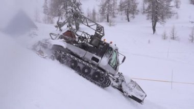 Snowcat working in ski resort — Stock Video