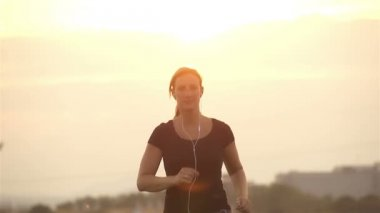 Woman jogging in sunset — Stockvideo