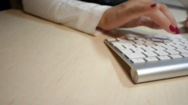 Mulher digitando no teclado do computador — Vídeo stock