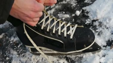 Lacing ice skates — Stock Video