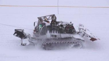 снежный кот на горнолыжный склон — Стоковое видео