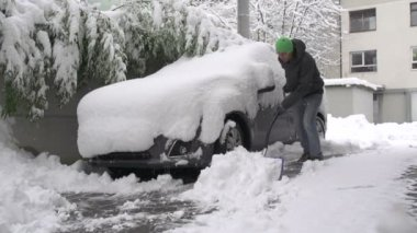 Man shoveling snow of car — Stock Video