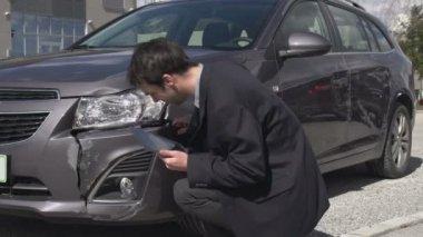 Estimar os danos do carro com tablet digital — Vídeo stock