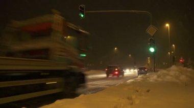 Zajęty skrzyżowanie w blizzard — Wideo stockowe