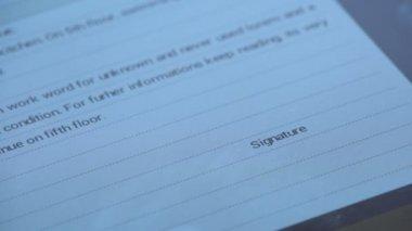 знак контракт на цифровые планшетные — Стоковое видео