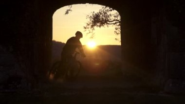 MTB rider stopping at sunset — Stock Video