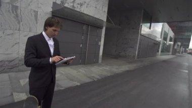 年轻的商人与滑板 — 图库视频影像