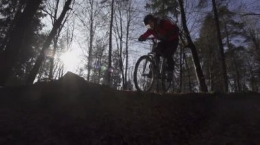 Mountain biker going downhill — Stock Video
