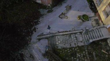 Running through abandoned neighbourhood — Stock Video