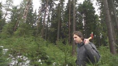 Muž se sekyrou v lese — Stock video