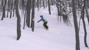 Snowboardzista robi obrót w proszku — Wideo stockowe