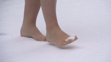 Barefoot on snow — Stock Video
