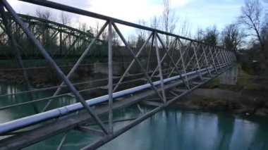 Kör över bron — Stockvideo