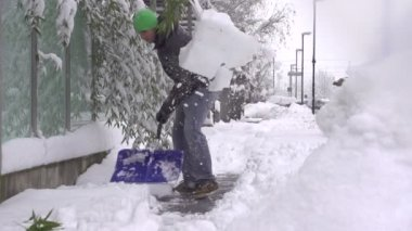 Man removing snow from a sidewalk — Stock Video