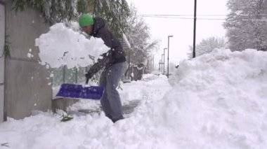 Man shoveling snowy sidewalk — Stockvideo