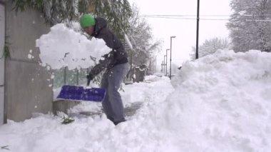 Man shoveling snowy sidewalk — Stock Video