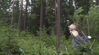 Man carrying a spruce tree — Vídeo Stock