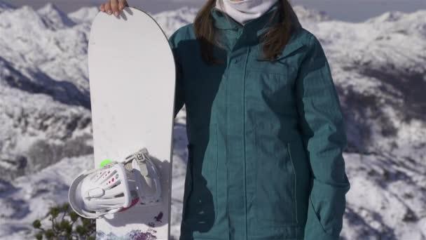 Snowboarder femenino en las montañas — Vídeo de stock