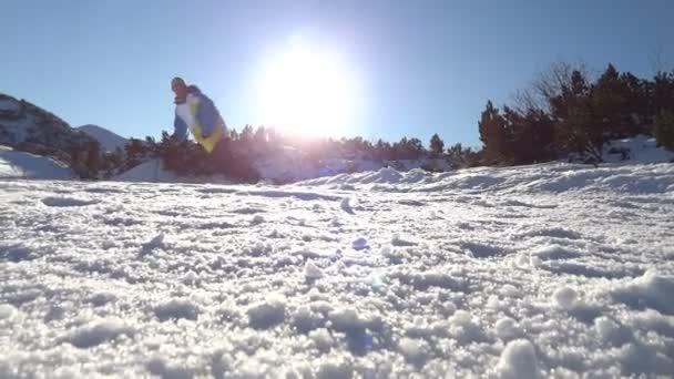 Snowboarder saltar — Vídeo de stock