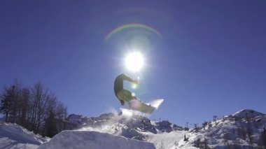 Snowboarder jumping — Stock Video
