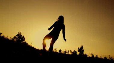 Kobieta robi śmieszne skok — Wideo stockowe