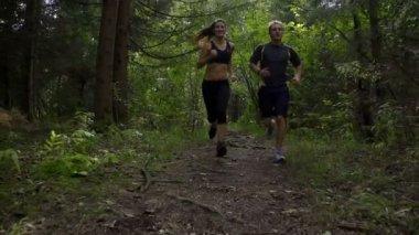 Ormanda koşu Çift — Stok video
