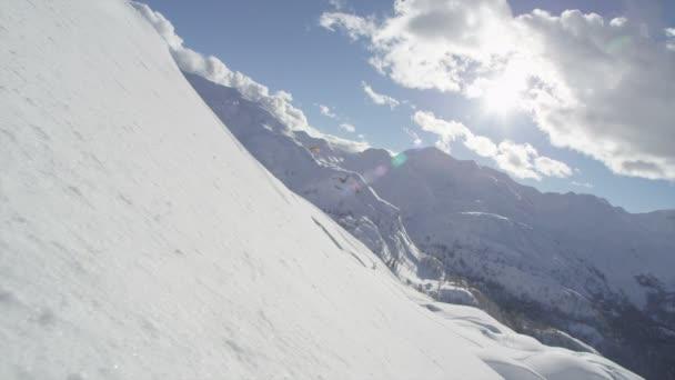Alegre snowboarder talla — Vídeo de stock